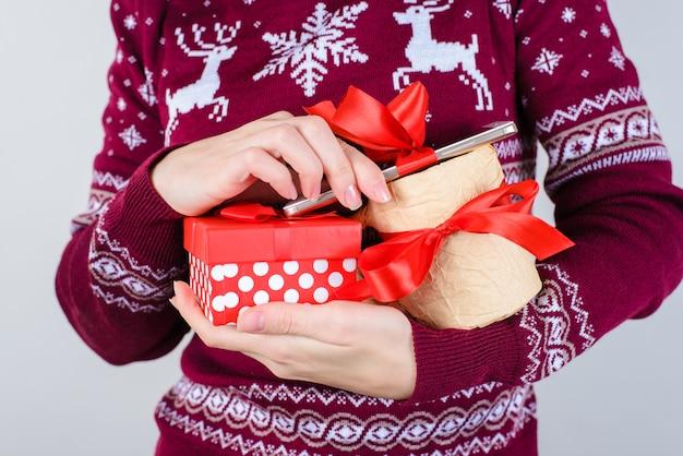 Kobieta trzyma prezenty w rękach