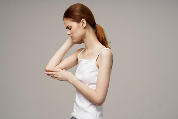 Kobieta trzyma problemy zdrowotne ból łokcia osteoporoza