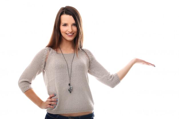 Kobieta trzyma produkt ręką. prezentacja produktu