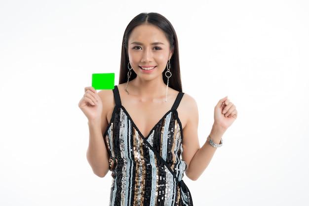 Kobieta trzyma przedstawienie karty kredytowej.