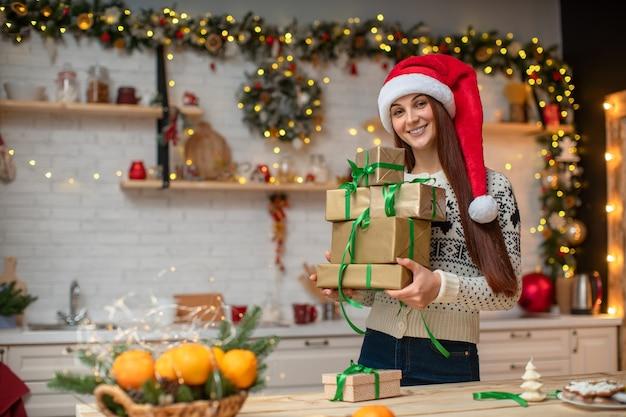 Kobieta trzyma pudełka na prezenty