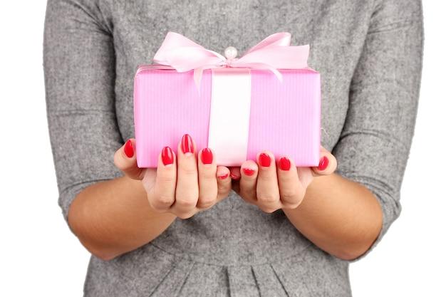Kobieta trzyma pudełko z prezentem na białej powierzchni zbliżenie