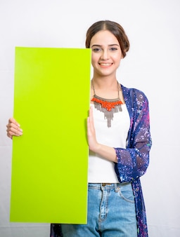 Kobieta trzyma pustą pustą tablicę reklamową