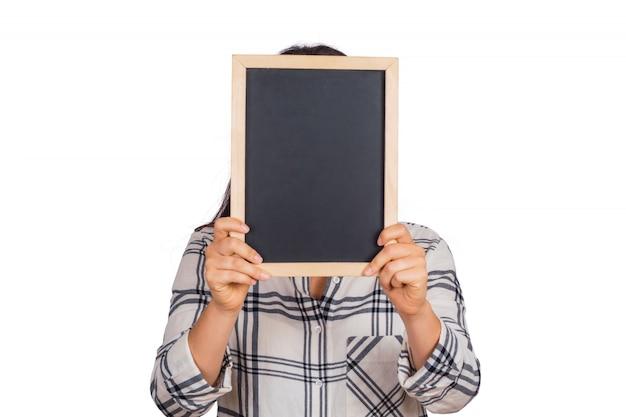 Kobieta trzyma pustą tablicę w studio.