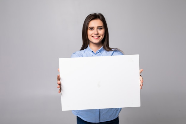 Kobieta trzyma pusty plakat na białym tle