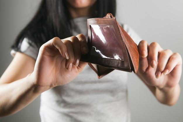Kobieta trzyma pusty skórzany portfel