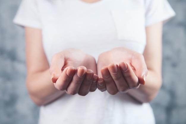 Kobieta trzyma razem otwarte dłonie