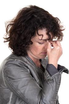 Kobieta trzyma ręce na nosie