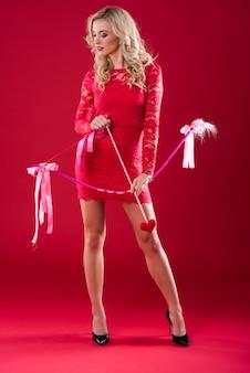 Kobieta trzyma różową strzałkę