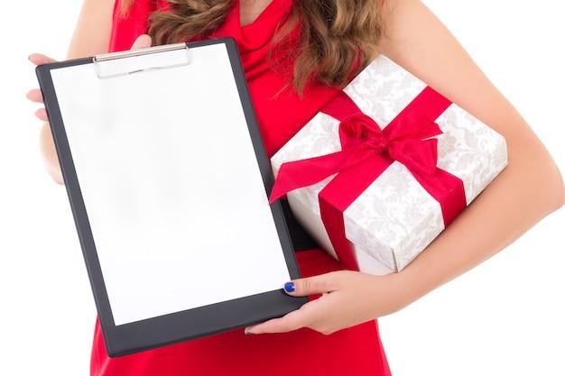 Kobieta trzyma schowek z copyspace i pudełko na białym tle