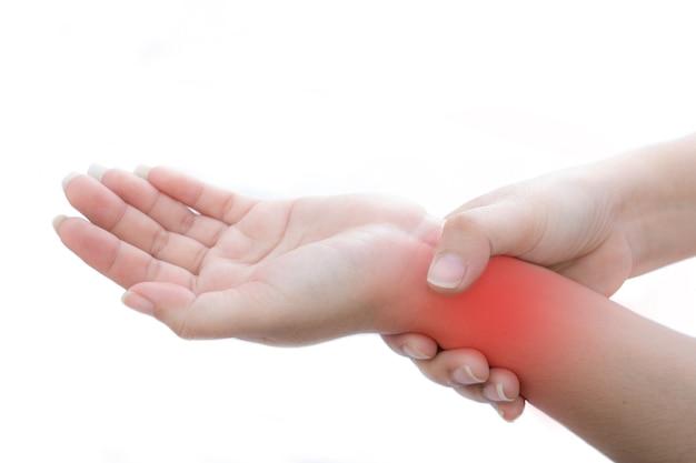 Kobieta trzyma się bolącego nadgarstka na białym tle stan zapalny dłoni