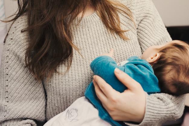 Kobieta trzyma ślicznego dziecka w rękach