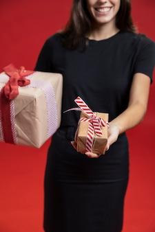 Kobieta trzyma słodkie zapakowane prezenty