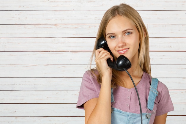Kobieta trzyma słuchawkę telefonu it