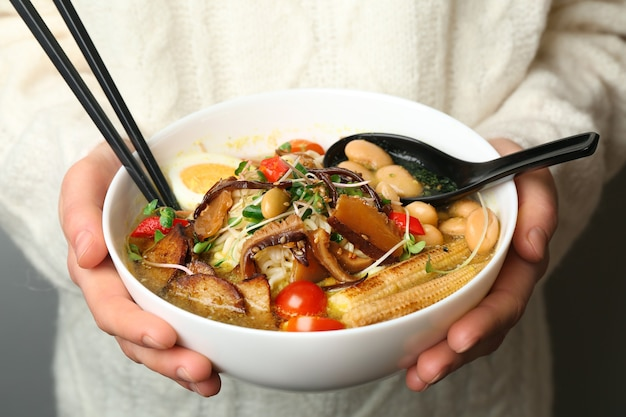 Kobieta trzyma smaczną chińską zupę, zbliżenie