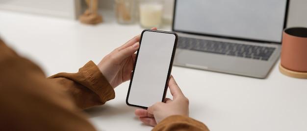 Kobieta trzyma smartfon