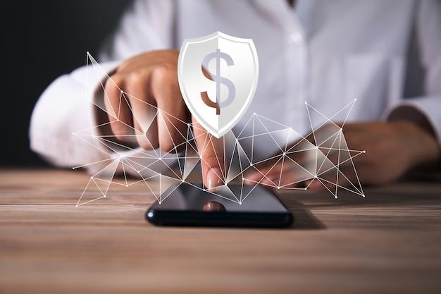 Kobieta trzyma smartphone z ikoną dolara. kupuj i sprzedawaj online