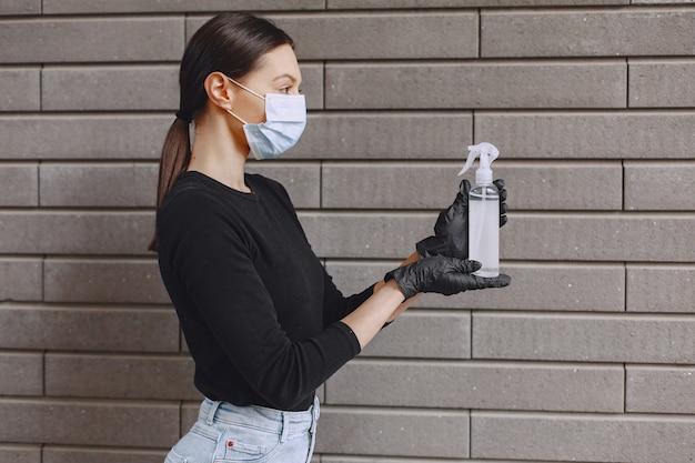 Kobieta trzyma środek antyseptyczny w jej ręce