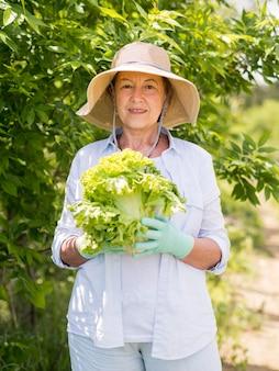 Kobieta trzyma świeżej kapusty w ona ręki