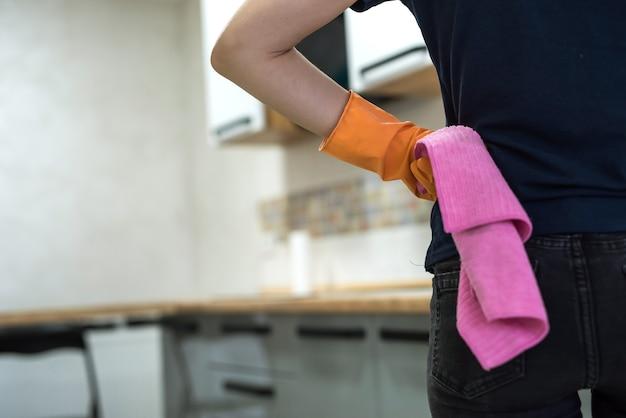 Kobieta trzyma szmatę w kuchni i gotowa do czyszczenia. pojęcie czystości