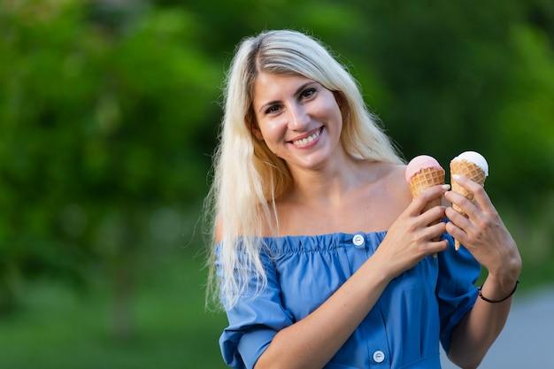 Kobieta trzyma szyszki lodów