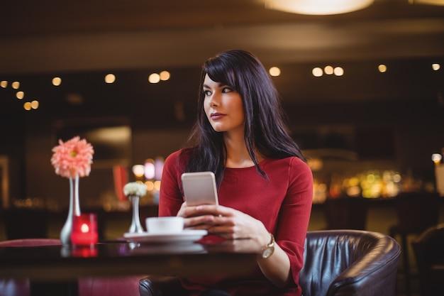 Kobieta trzyma telefon komórkowy