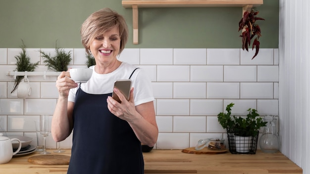 Kobieta trzyma telefon średni strzał
