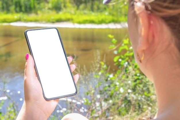 Kobieta trzyma telefon z pustym ekranem