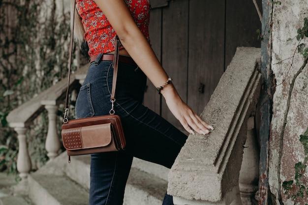Kobieta trzyma torebkę, torbę, torebkę