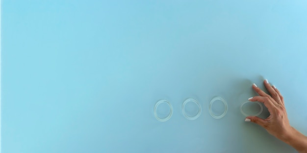 Kobieta trzyma w dłoniach pierścień dopochwowy do celów antykoncepcji