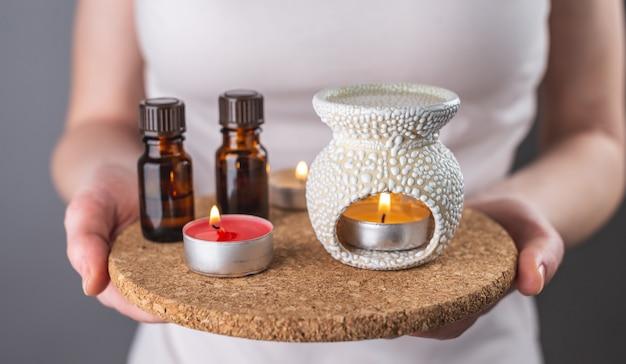 Kobieta trzyma w dłoniach zestaw do aromaterapii