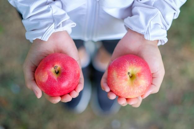 Kobieta trzyma w ręce czerwone jabłko, owoce jest zdrowa żywność. dieta, jedzenie stylu życia