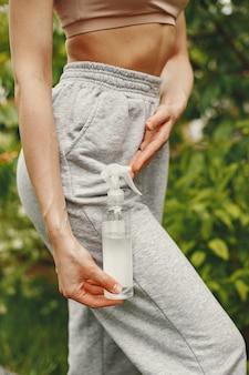 Kobieta trzyma w rękach środek antyseptyczny