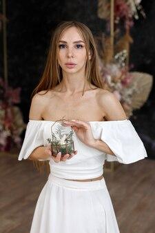 Kobieta trzyma w rękach trumnę z pierścionkami