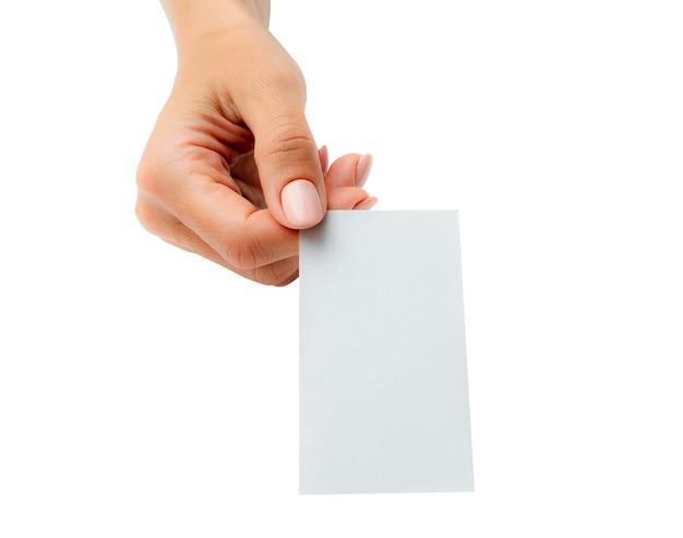 Kobieta trzyma w ręku białą wizytówkę. tamplate dla twojego projektu.