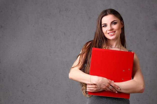 Kobieta trzyma w ręku folder