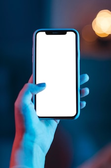 Kobieta trzyma w ręku smartfon