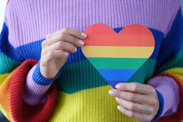 Kobieta trzyma walentynkę z koncepcją mniejszości seksualnych symboli lgbt