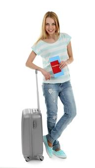 Kobieta trzyma walizkę na białym tle