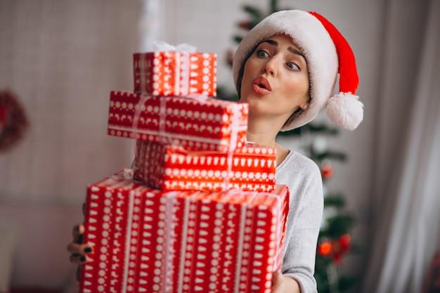 Kobieta trzyma wielkich bożenarodzeniowych pudełka