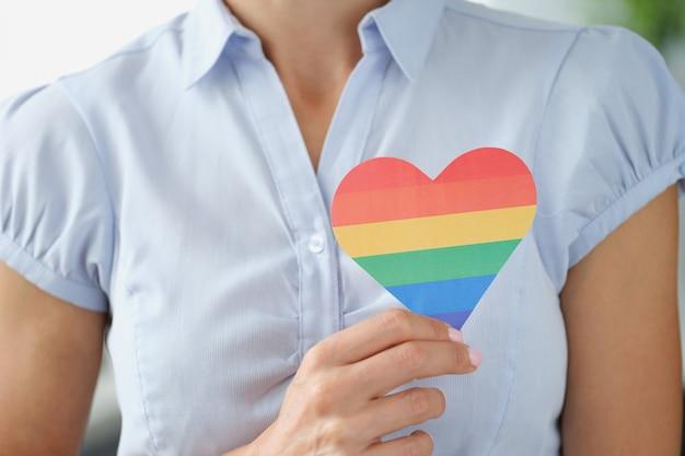 Kobieta trzyma wielobarwny stosunek serca lgbt do koncepcji mniejszości seksualnych