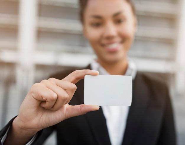 Kobieta trzyma wizytówki makiety