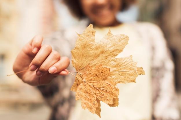 Kobieta trzyma zbliżenie liścia