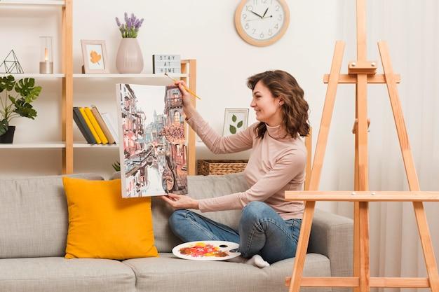 Kobieta trzyma zdjęcie