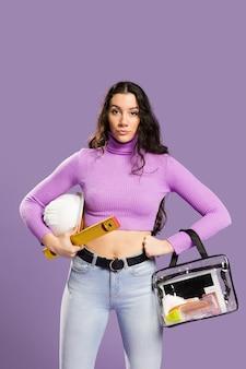 Kobieta trzyma zestaw do makijażu i zestaw budowy widok z przodu
