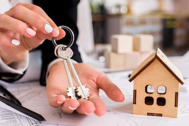Kobieta trzyma zestaw kluczy