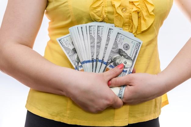 Kobieta trzymając się za ręce banknotów dolara w wentylator