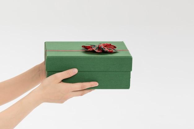 Kobieta trzymając się za ręce pudełko z papieru rzemieślniczego