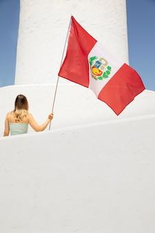 Kobieta trzymająca flagę peru