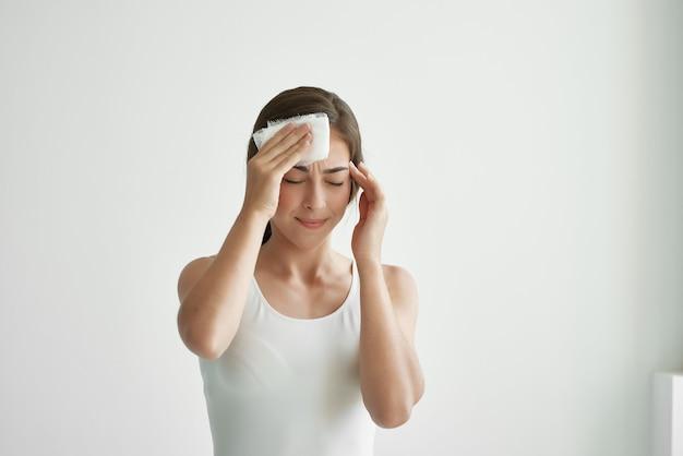Kobieta trzymająca głowę depresja ból migrenowy
